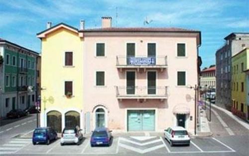 casa rosa con parcheggio