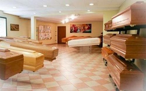 sala con cofani funebri