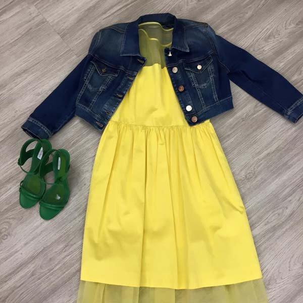 vestito giallo con giacca di jeans e sandali verdi