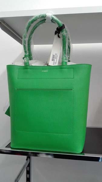 borsa verde da donna esposta