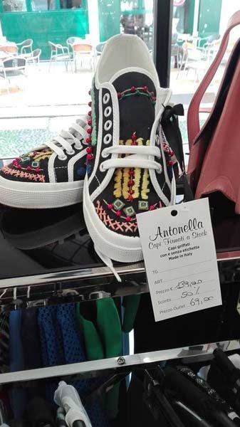 scarpe colorate presso Antonella Capi Firmati a Stock