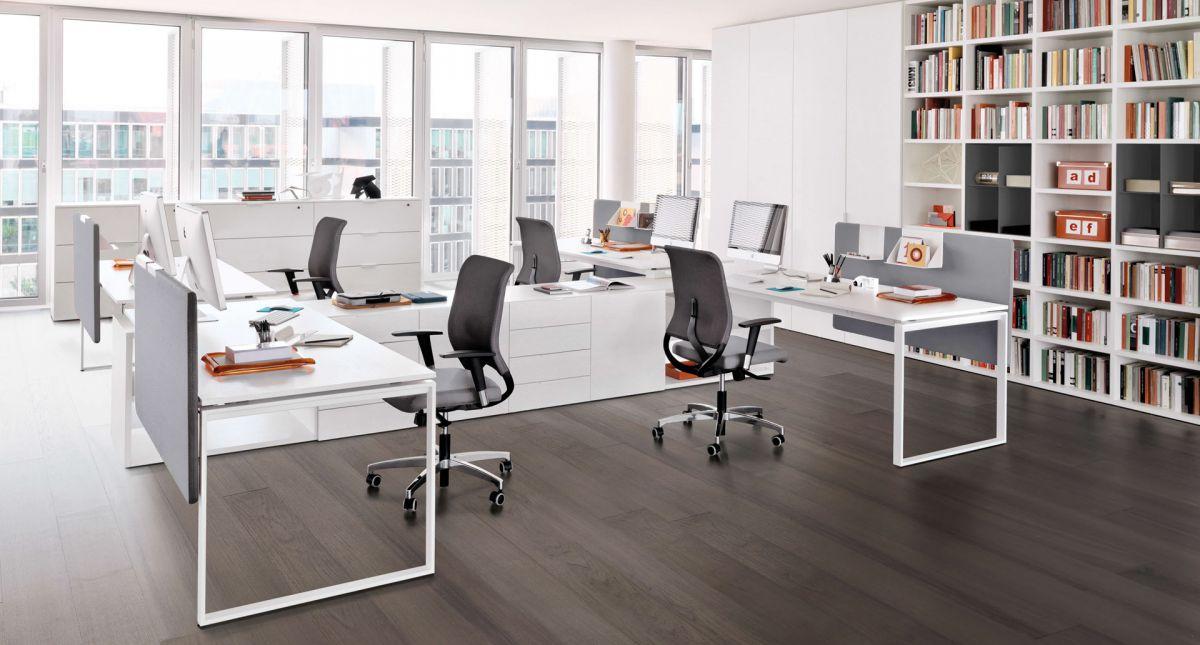 delle scrivanie e delle sedie da ufficio