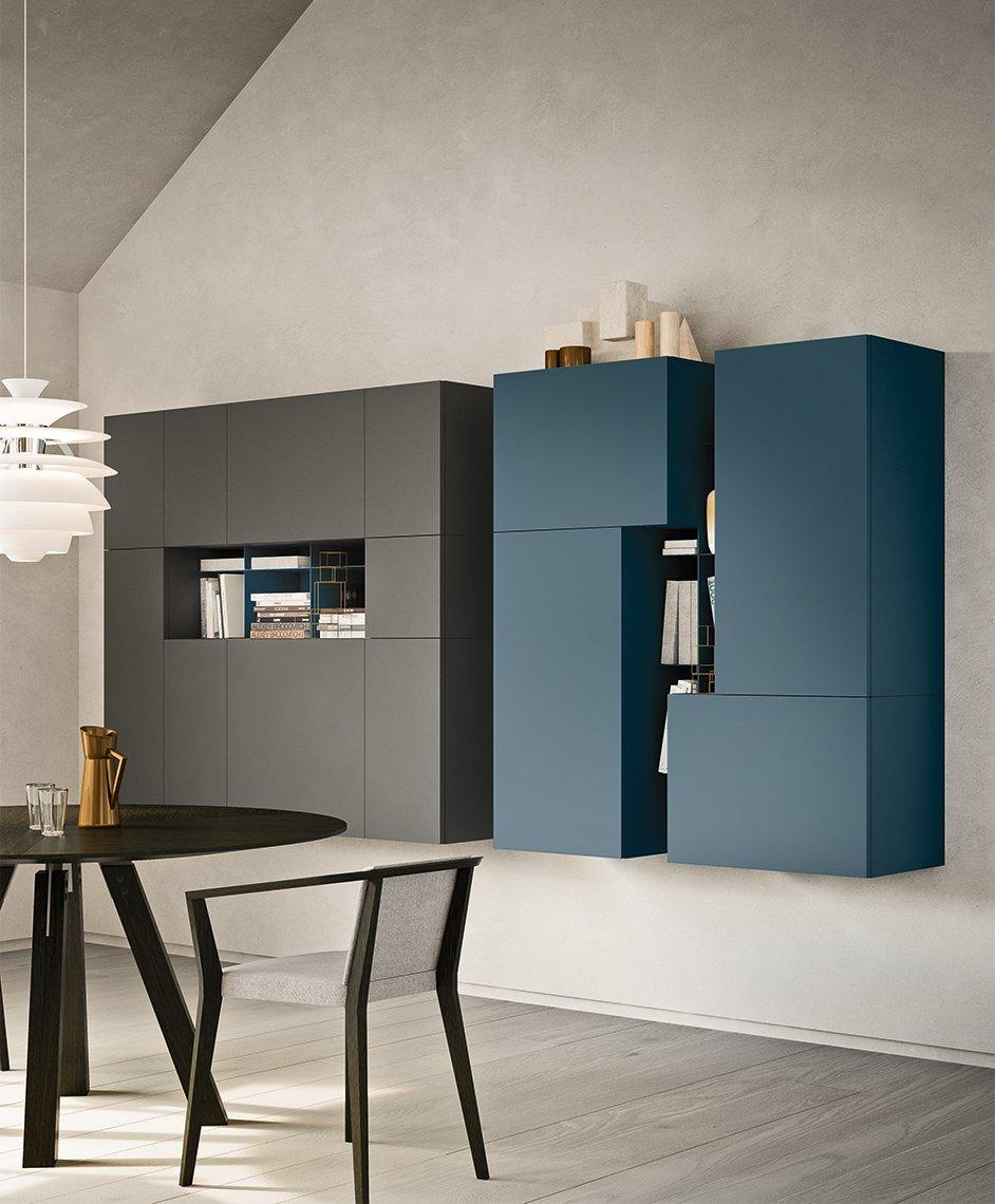 due mobili uno di color grigio e un altro di color blu