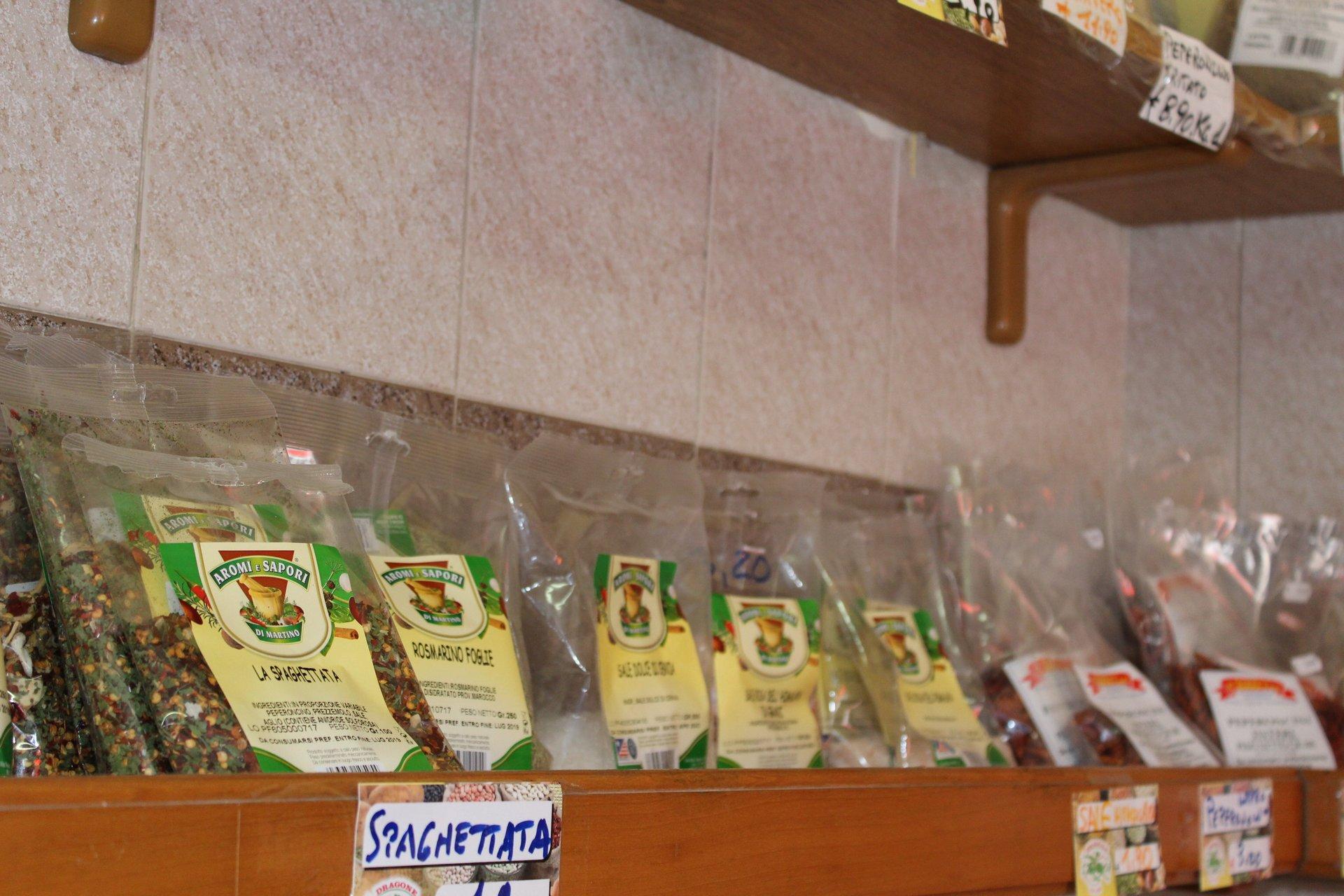 Scaffali con spezie di vario genere