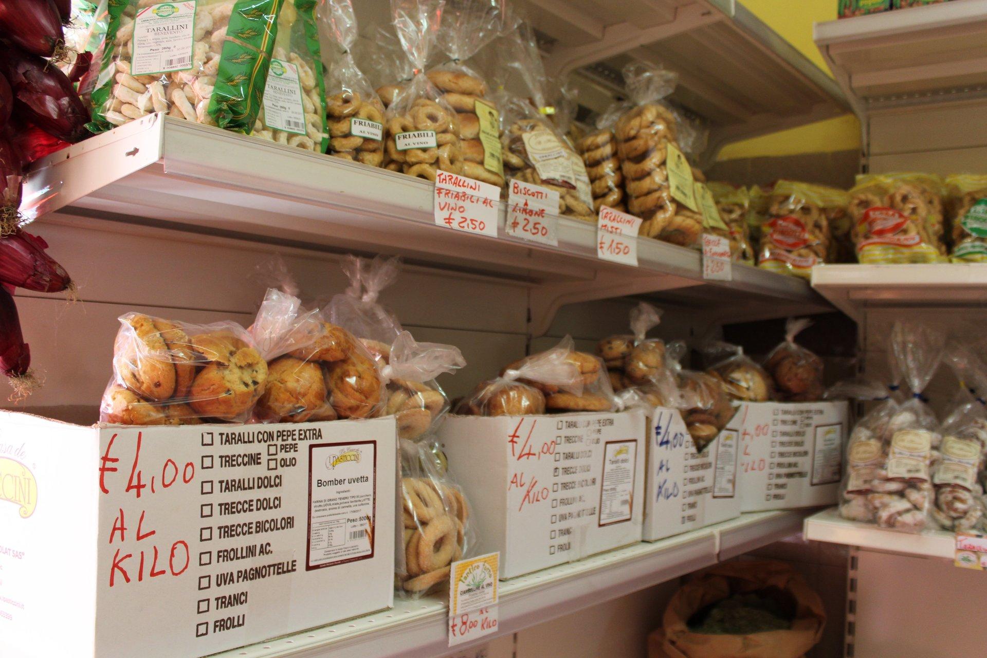 Scaffali di negozio con prodotti alimentari