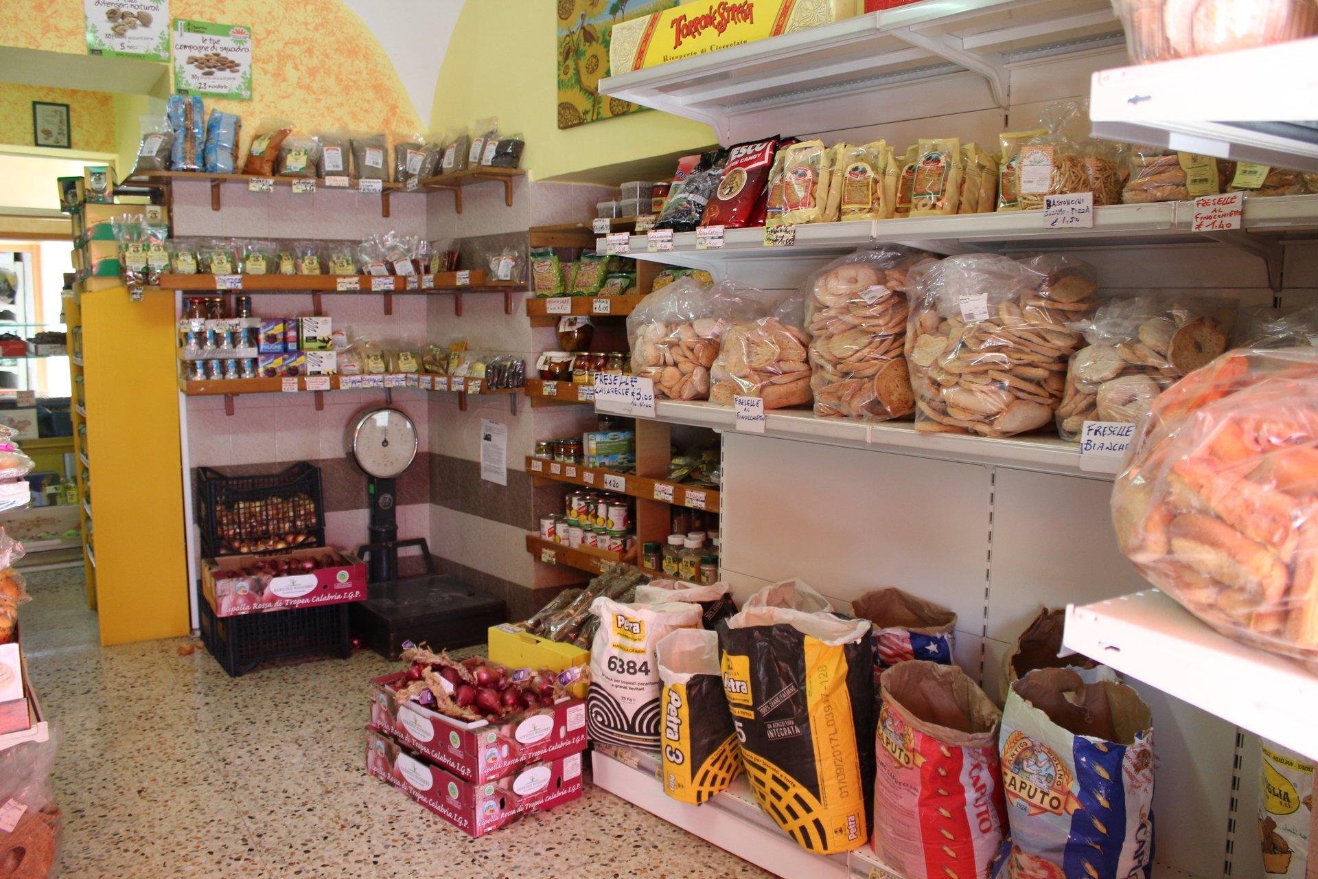 Scaffali di prodotti alimentari