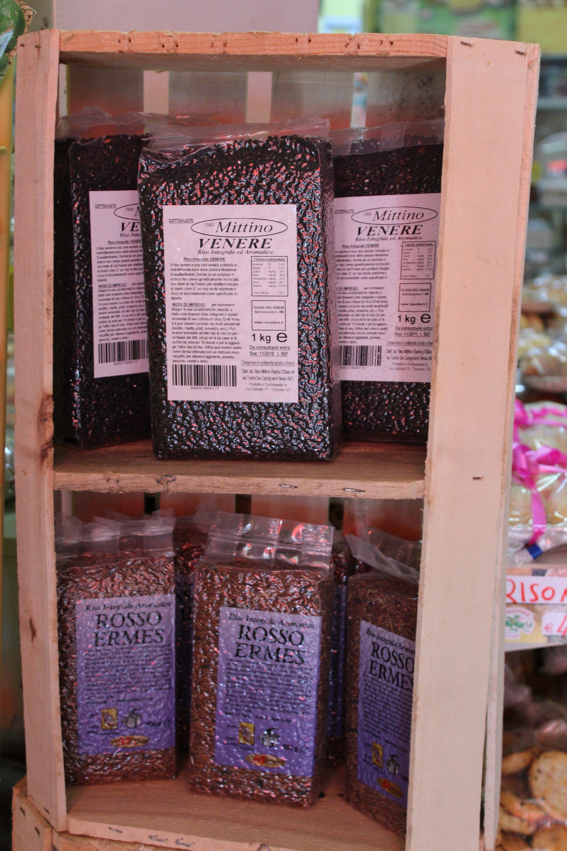 Prodotti alimentari in scaffali