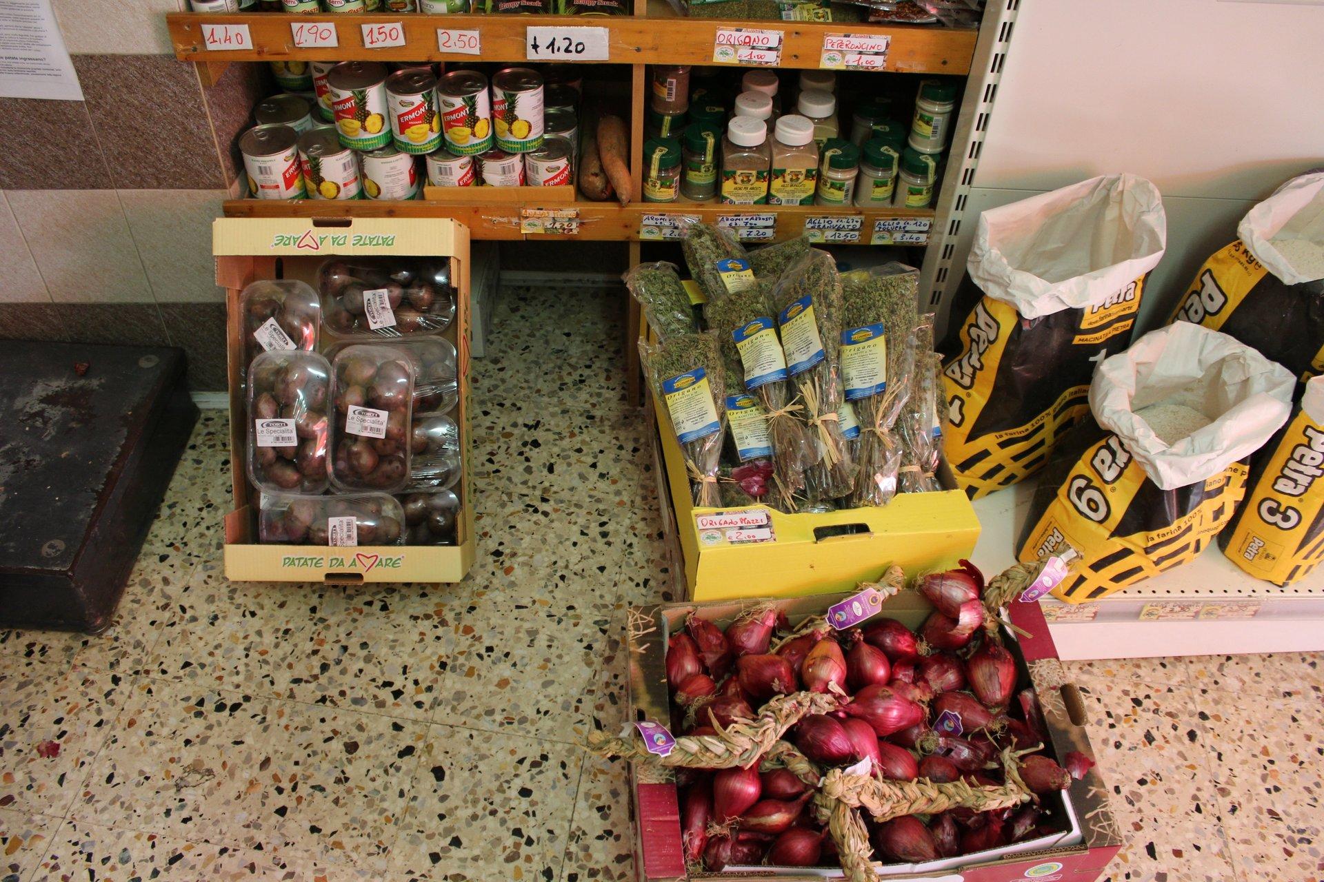 Cassette di frutta secca, spezie, riso e cipolle