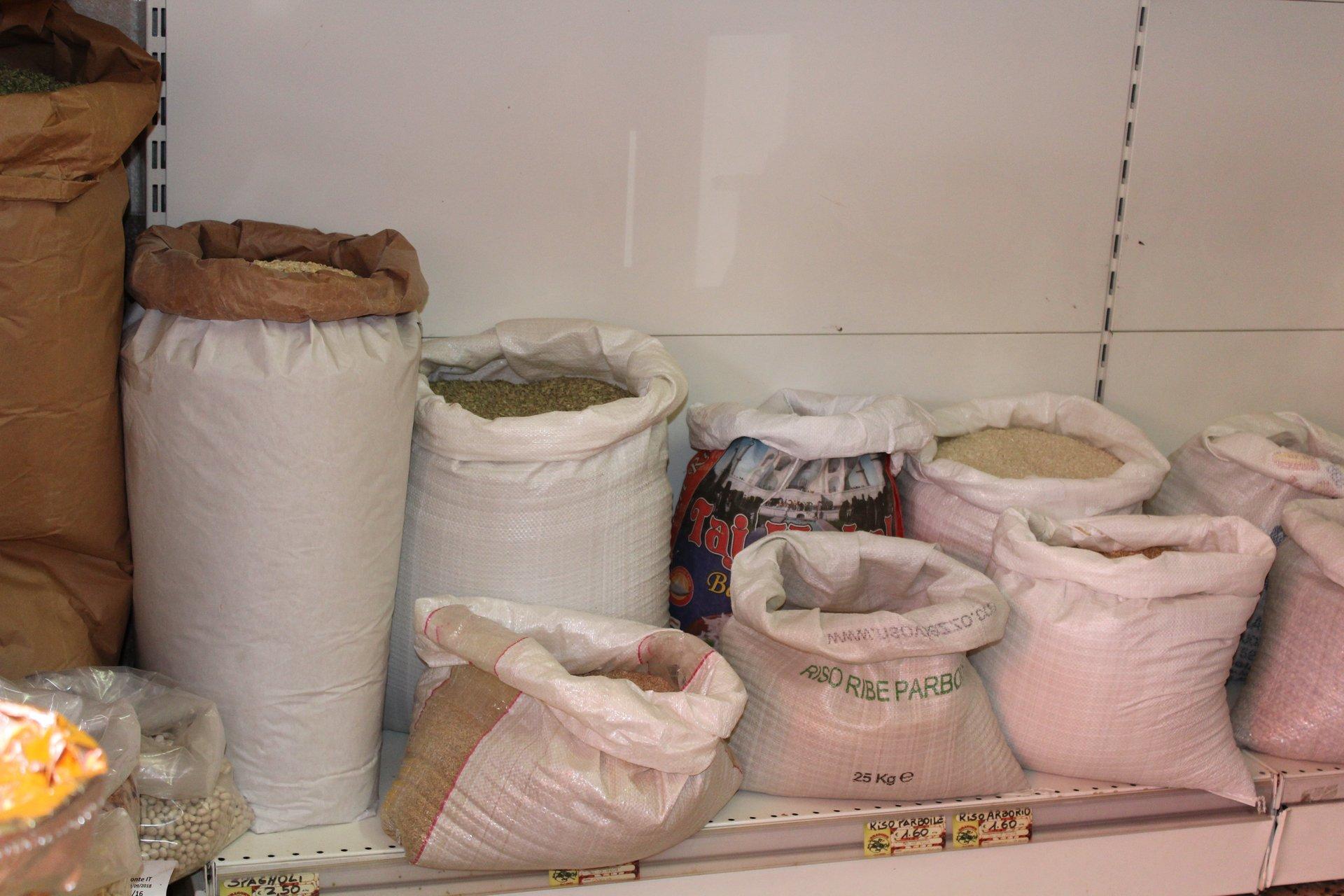 Sacchi di legumi in esposizione