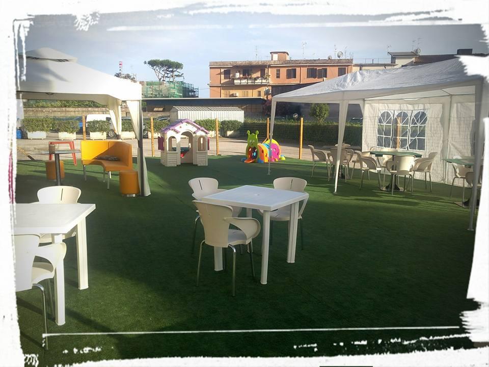 la nostra area esterna con tavoli e parco giochi