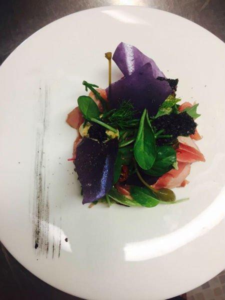 piatto di antipasto con spinacino e crudo