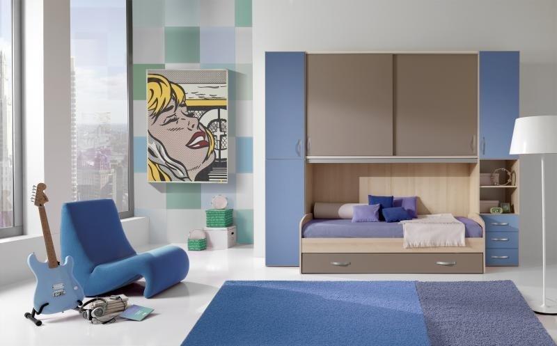 vista interna di una cameretta con tappeto sul pavimento e divano azzurro con arredamenti di casa