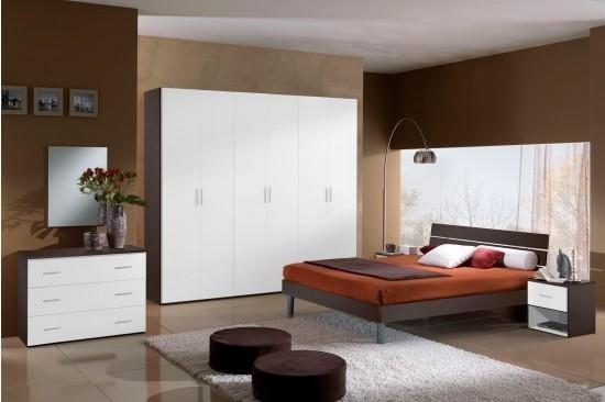 camere da letto con armadio in legno bianca, vaso di fiori sul mensola in legno e arredamenti di casa