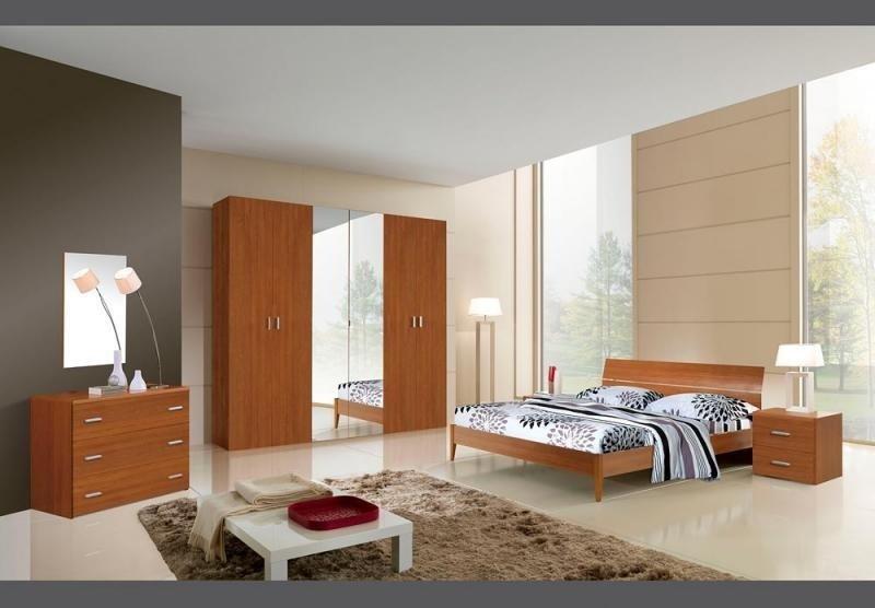 vista angolare di una camera da letto con ante scorrevoli e arredamenti