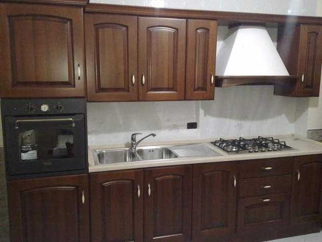 bancone di cucina mderna con cassetti in legno