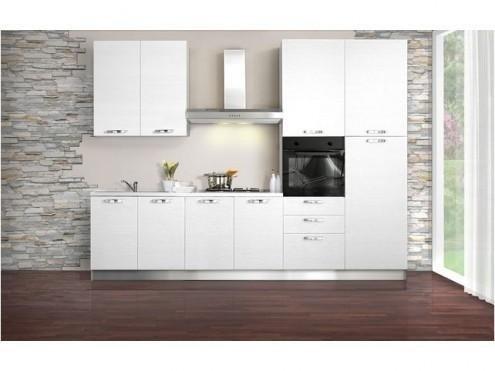 vista frontale di bancone di cucina moderna con parete in pietra
