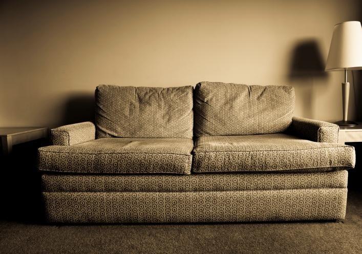 divano con parete gialla