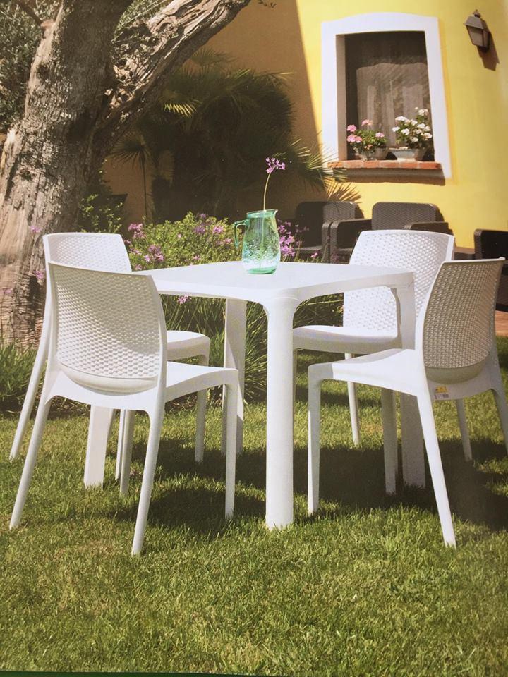spazio esterno del ristorante con tavolo e sedie bianche
