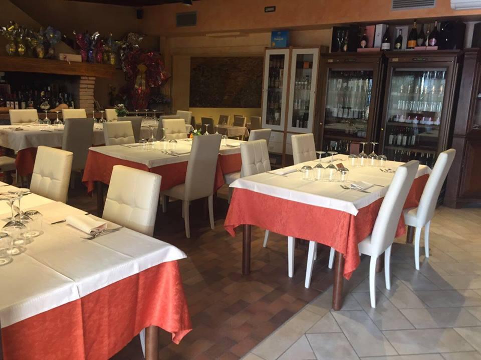 vista angolare del ristorante con tavoli apparecchiati e sedie