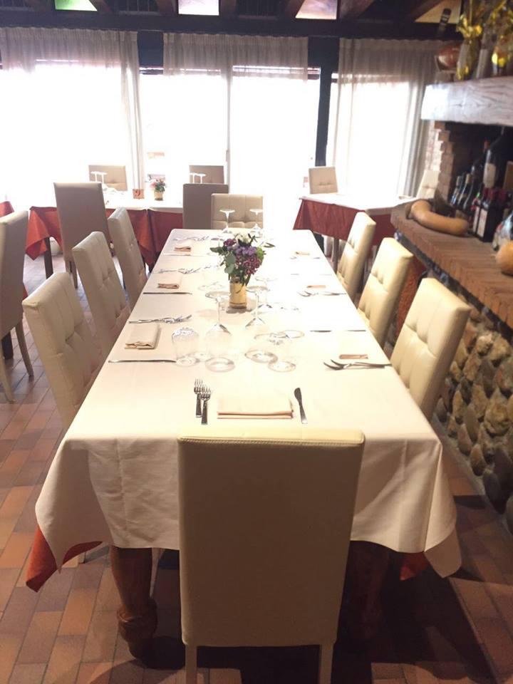 tavolo apparecchiati con bicchieri e vaso di fiori