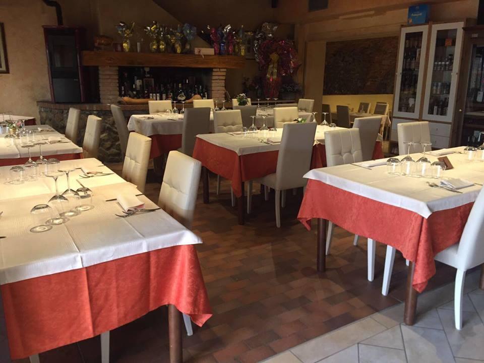 vista interna del ristorante con tavoli apparecchiati