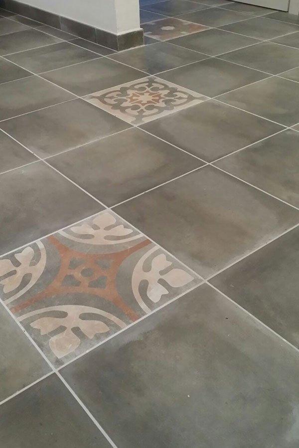 Per completare il tuo bagno, una vasta gamma di idee e possibilità di scelta su pavimenti in laminato, più di 30 tonalità