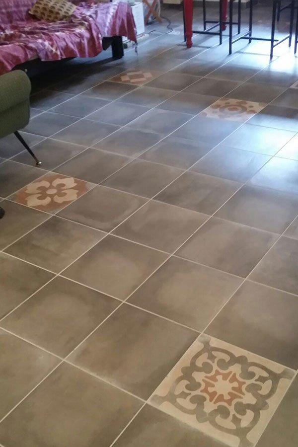 La ditta propone la vendita di un vasto assortimento di prodotti: pavimenti e piastrelle in gres porcellanato, personalizzabile con mosaici come questo con fiori disseminate nel suolo della sala di essere