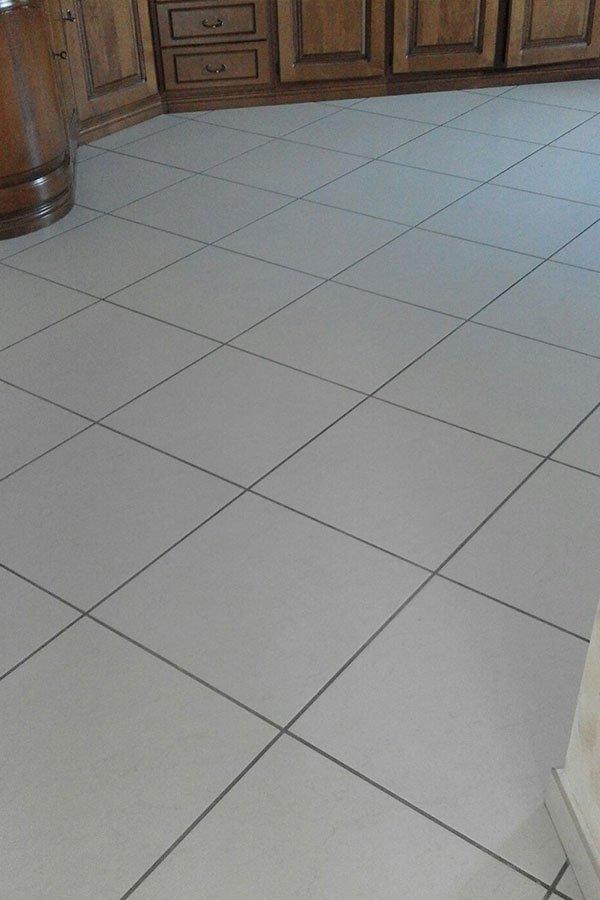pavimenti e piastrelle in gres porcellanato, personalizzabile con mosaici come questo suolo bianco per cucina