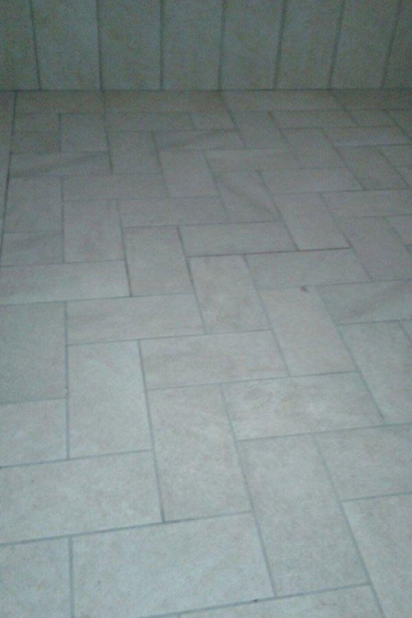 Pavimentazione di marciapiede in mattoni grigi