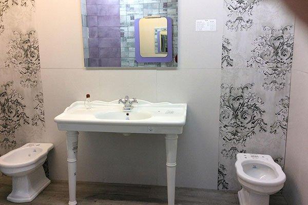 Parete rivestita con mosaico da fiori in un bagno di stile antico