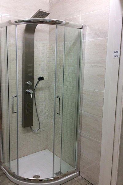 In minimo spazio, doccia idro massaggio con recinzione di vetro e di parete di marmo