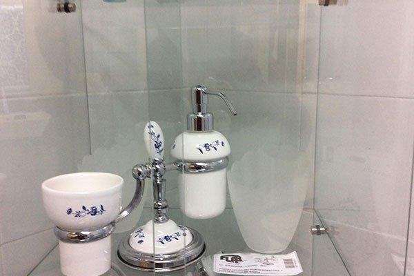 Complementi di balneazione in acciaio e ceramica