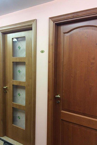 Porte in legno con un ornamento a media porta e porta di legno e vetro