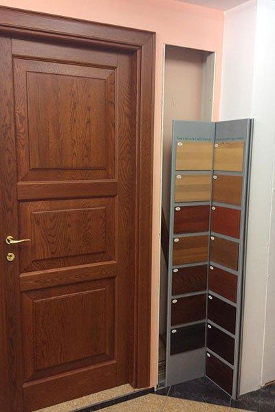 Esercente di metallo con campionatura di tutti i possibili toni di legno per porte e rivestimenti