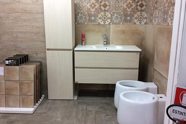 bagno e le piastrelle sanitarie in vetrina