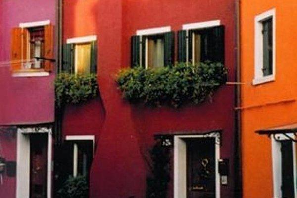 dei condomini  colorati con delle piante alle finestre