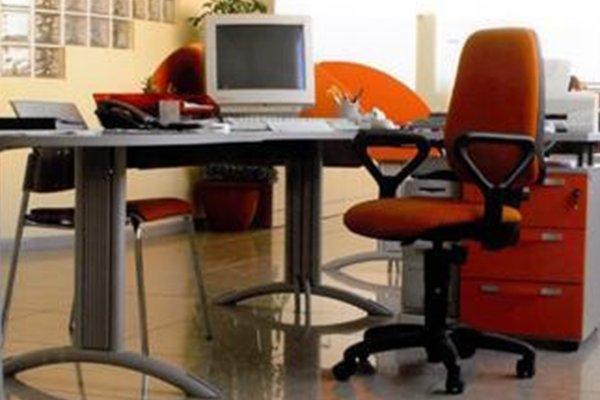 una scrivania con una sedia e un computer