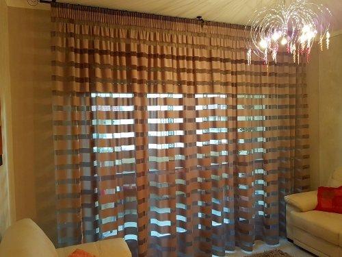Una sala con delle tende a tulle