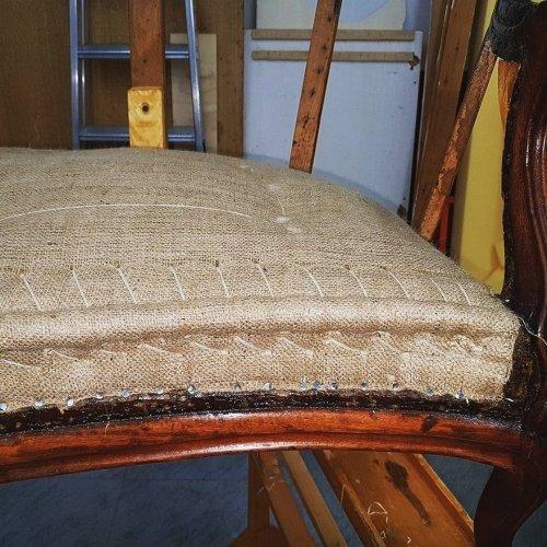 una sedia con un cuscino imbottito