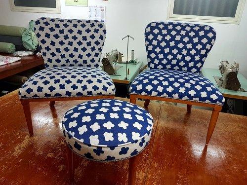 due sedie e uno sgabello  rivestito in una stoffa di color bianco e blu