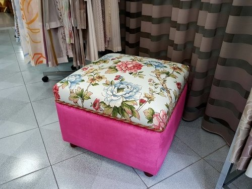 un pouf di color rosa e con dei disegni a fiori