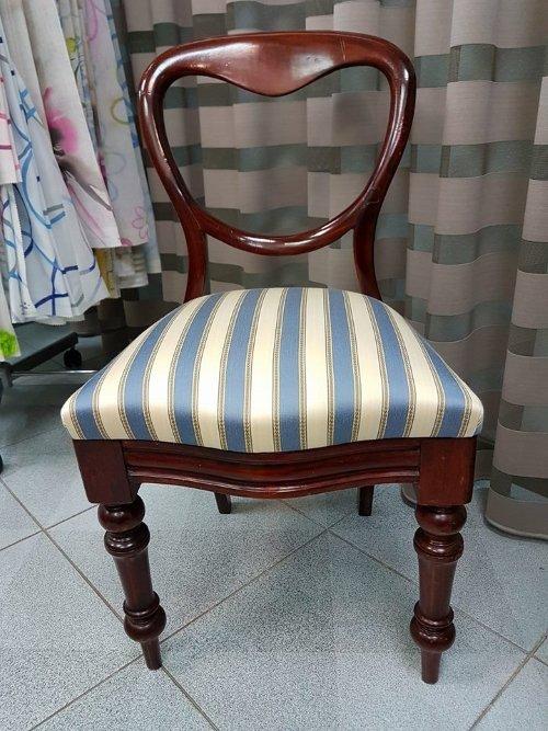una sedia con un cuscino rivestita con una stoffa a righe