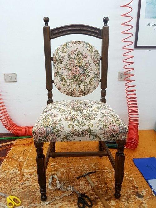 una sedia cuscino e la schienale imbottito