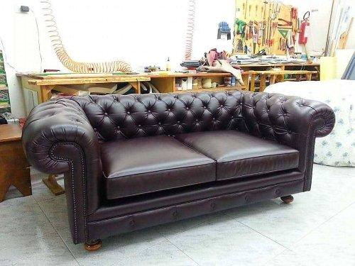 un divano di pelle di color viola