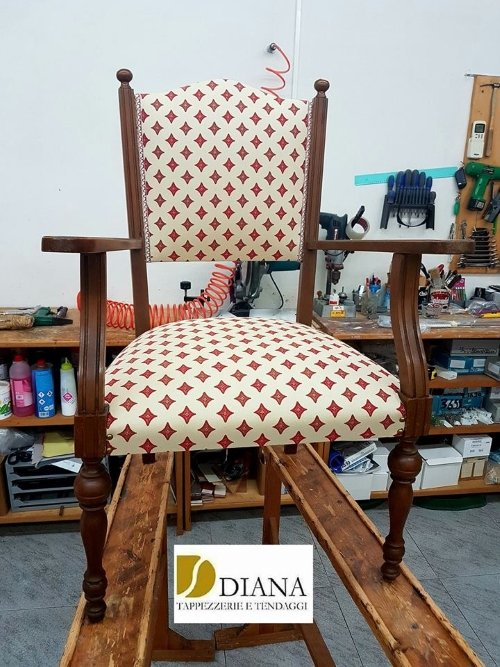 una sedia cuscino e la schienale imbottito di color bianco e rosso