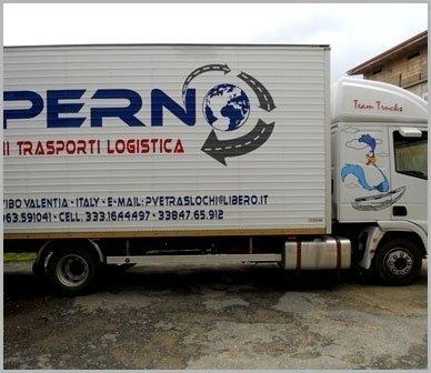 camion per trasporto mobilio