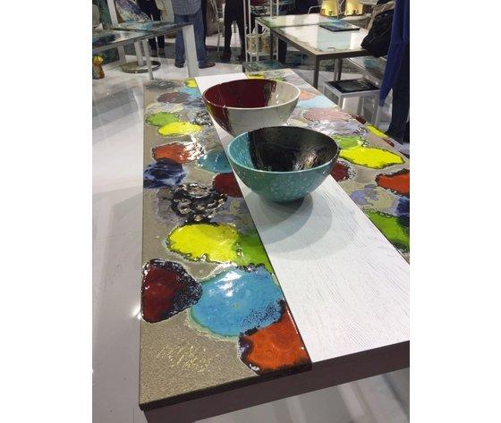 tavolo di lavoro con chiazze di colore