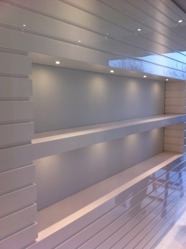 parete con scaffalature bianche