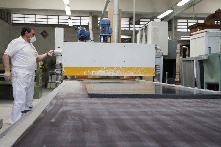 operaio utilizza macchina industriale