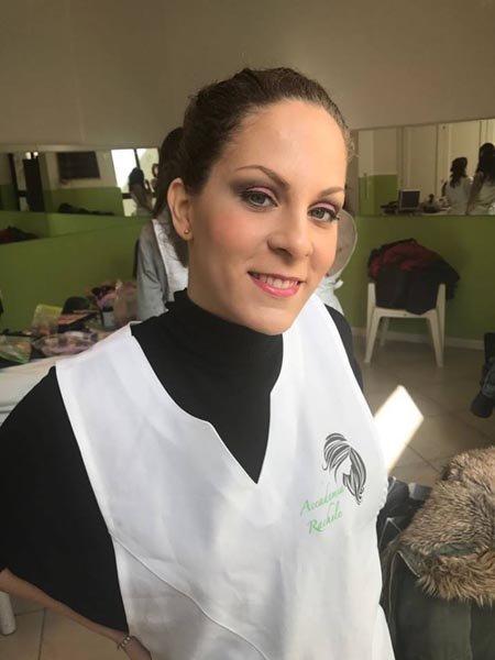 donna che sorride con grembiule dell`Accademia Rachele